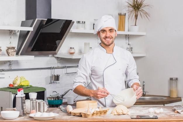 Chefkoch in der küche, die teig macht