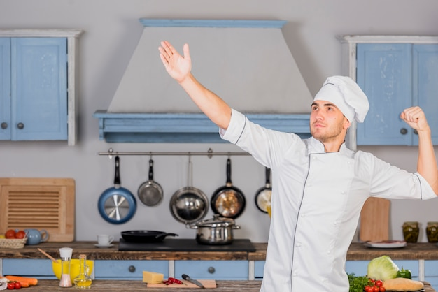 Chefkoch in der küche in der siegerpose