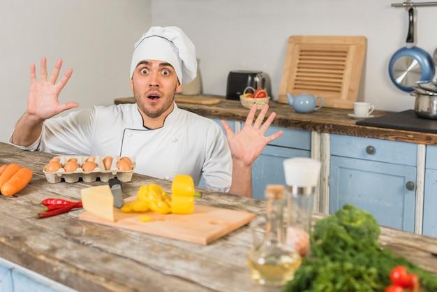 Chefkoch in der küche mit gemüse