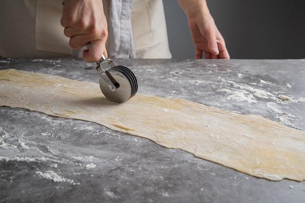 Chefkoch macht nudeln aus teig