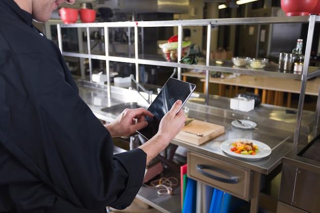 Chefkoch mit einer tablette