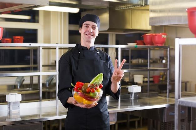 Chefkoch mit obst und gemüse