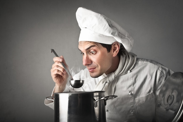 Chefkoch probiert eine suppe