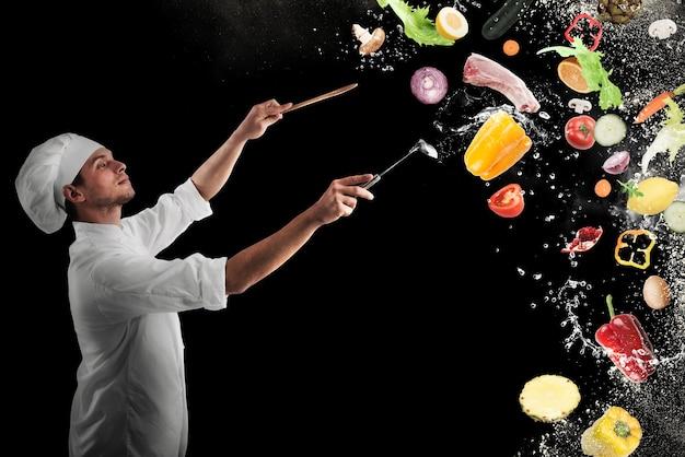Chefkoch schafft eine musikalische harmonie mit dem essen