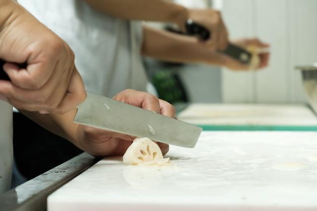 Cheftraining schnitt gemüse auf schneidebrett mit messer