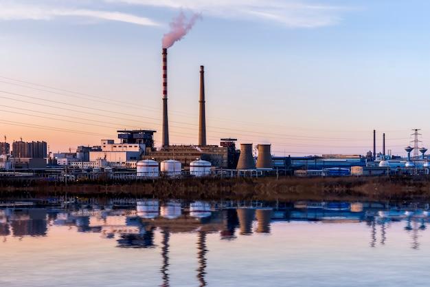 Chemieanlagen im sonnenuntergang