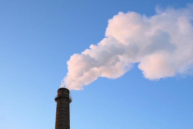 Chemiefabriktürme des kernkraftwerks gegen den blauen himmel