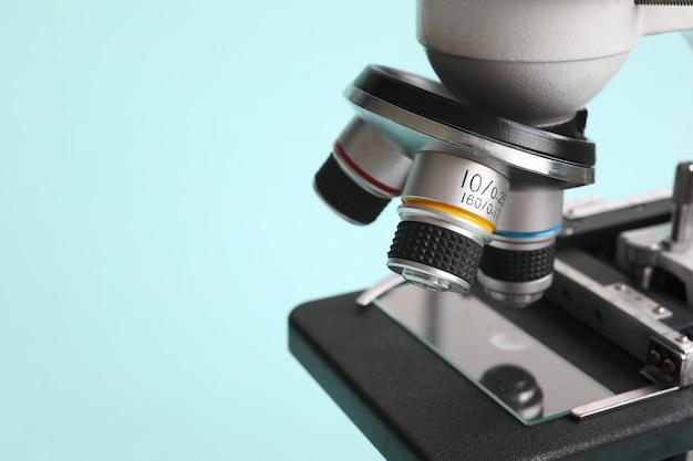 Chemiemikroskop auf modernem blauem hintergrund