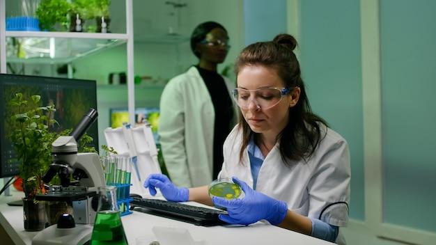 Chemiker, der dna-lösung aus dem reagenzglas nimmt