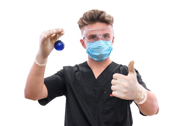 Chemiker im labor mit reagenzglas, das es isoliert auf weißer wand untersucht