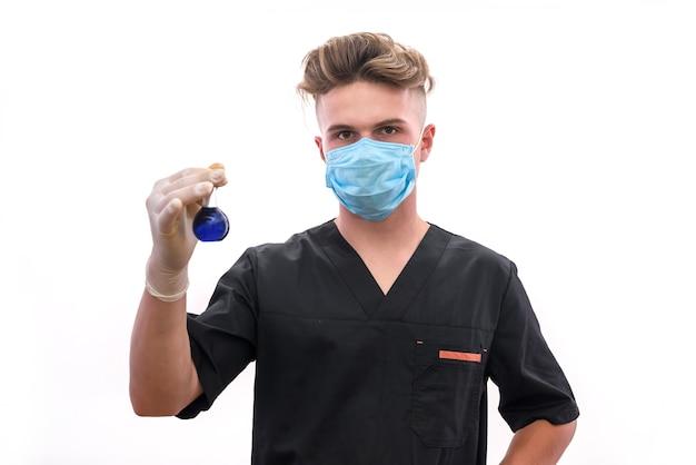 Chemiker mit kolben im labor, das wissenschaftliches experiment macht