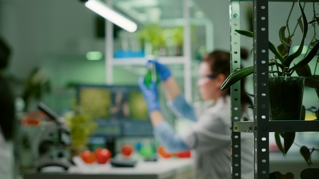 Chemiker-wissenschaftlerin, die biochemie-expertise auf dem computer eingibt