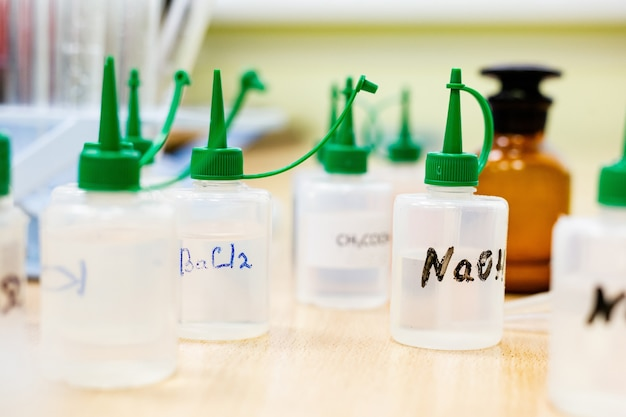 Chemische elemente in speziellen behältern in einem chemischen labor flaschen mit chemikalien in einem labor