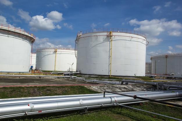 Chemische industrie mit treibstofftank hintergrund himmelblau