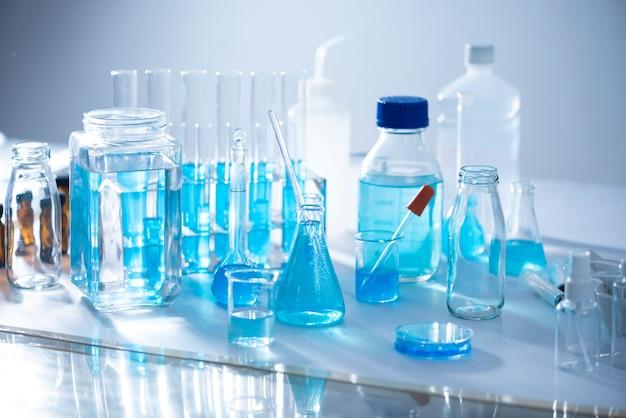 Chemische laborausrüstung glaswaren für forschung und blaue substanz