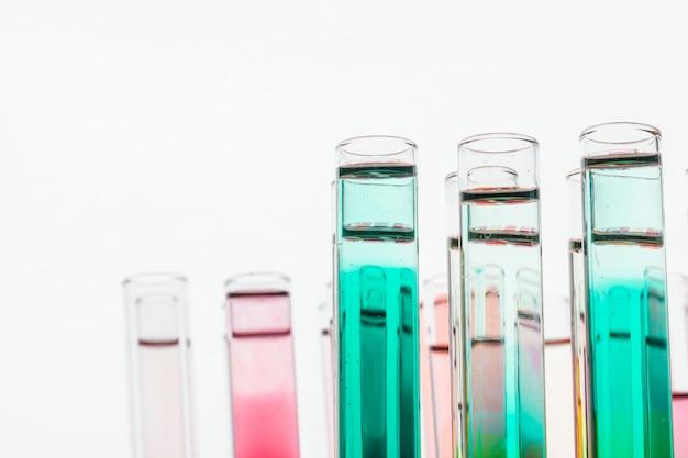 Chemische reagenzgläser des glaslabors mit flüssigkeit für nahes hohes der analyse