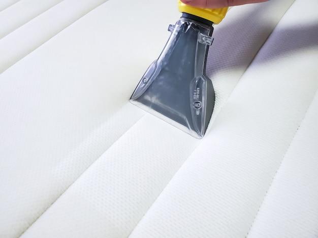 Chemische reinigung der matratze mit professioneller extraktionsmethode.