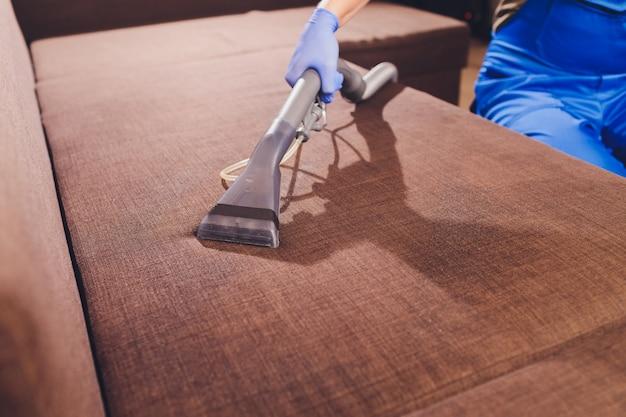 Chemische reinigung des sofas mit professioneller extraktionsmethode. polstermöbel. vorzeitiger frühjahrsputz oder regelmäßige reinigung.