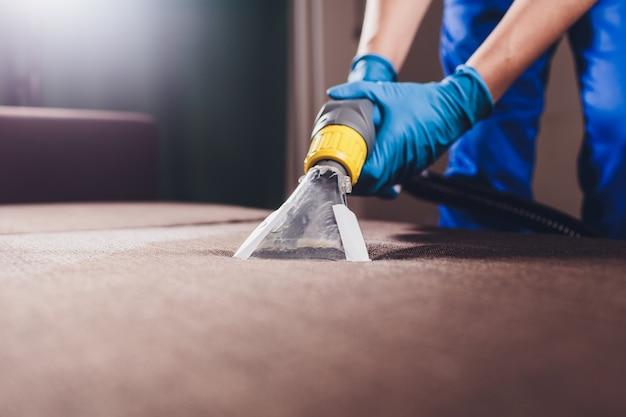Chemische reinigung des sofas mit professioneller extraktionsmethode