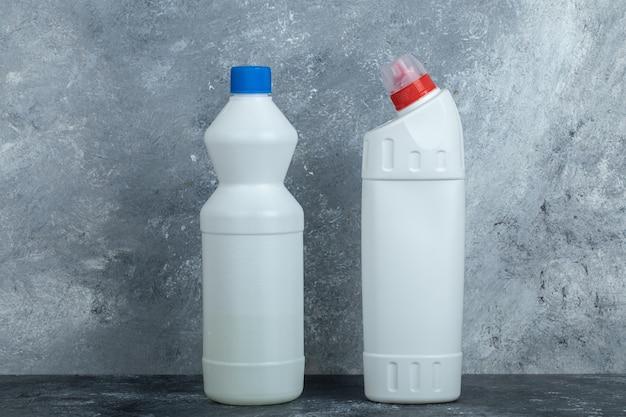 Chemische reinigungsmittel und bleichmittel auf marmor.