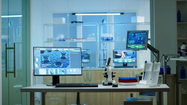 Chemisches labor mit niemandem darin, modern ausgestattet für pharmazeutische innovationen mit high-tech- und mikrobiologie-tools für die wissenschaftliche forschung. impfstoffentwicklung gegen das covid19-virus