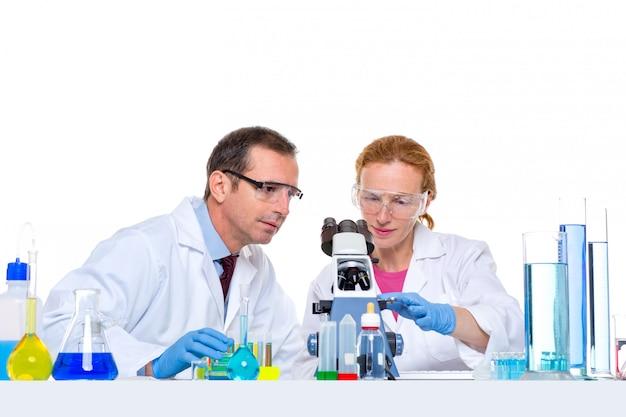 Chemisches labor mit zwei wissenschaftler arbeiten