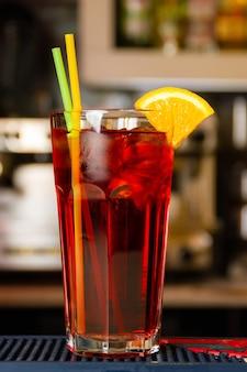 Cherry long island iced tea an der bar