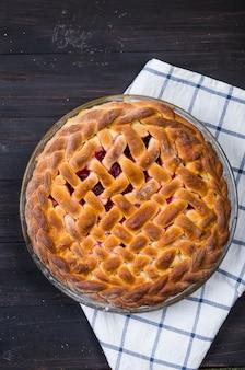 Cherry pie in einer runden glasform, hefekuchen