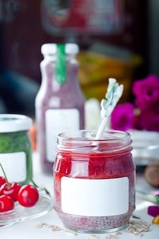 Chia erdbeerpüree in einem glas