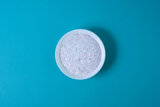 Chia-pudding in einer weißen kreisplatte, draufsicht