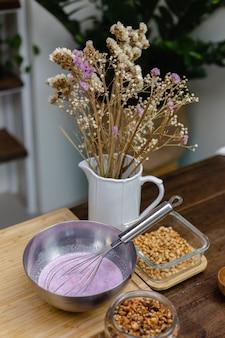 Chia pudding kochprozess. mandelmilch gemischt mit drachenfrucht rosa natürlichen farbextrakt und chiasamen.