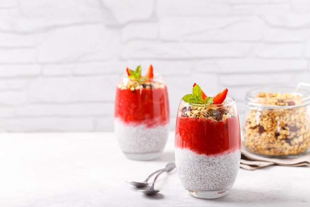 Chia-pudding mit erdbeersauce