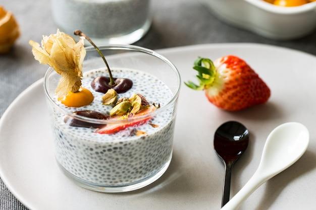 Chia-pudding mit frischen früchten und pistazien