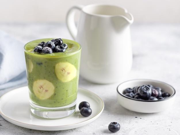 Chia-pudding mit grünem superfood-pulver bananen-heidelbeere gesunde vegane ernährung
