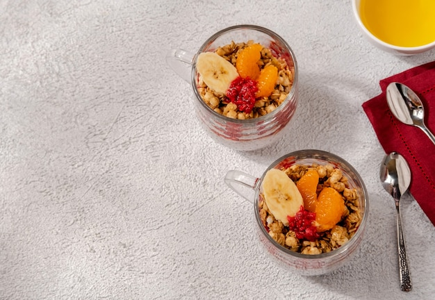 Chia pudding mit himbeeren und banane. gesunde ernährung, superfood. gesundes frühstück.