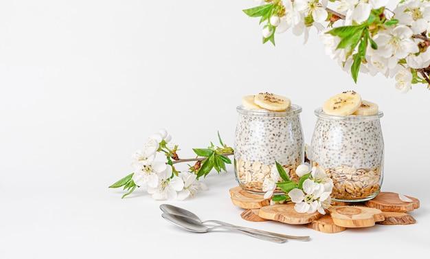 Chia pudding mit joghurt, banane und hafer gesundes esskonzept. speicherplatz kopieren