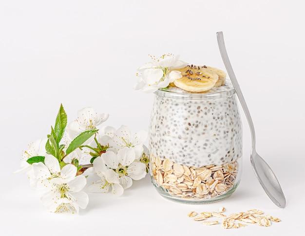Chia pudding mit joghurt, banane und hafer gesundes esskonzept.