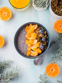Chia pudding mit mandarinen und müsli