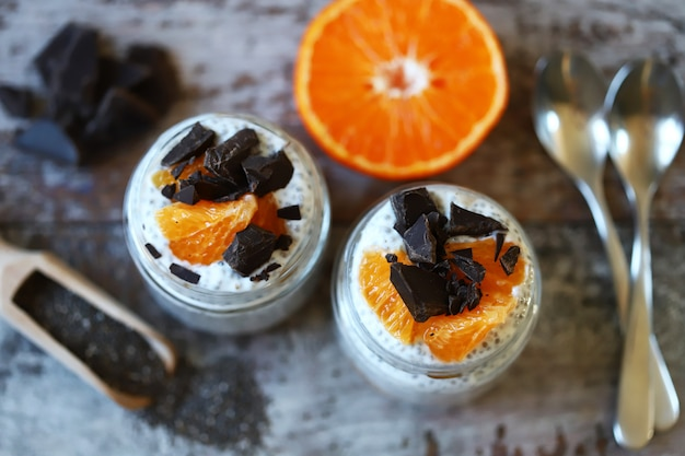 Chia pudding mit schokolade und obst. gesundes frühstück oder snack. keto-diät. keto dessert.