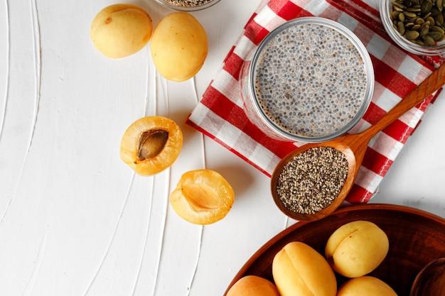 Chia pudding und rohe chiasamen auf dem tisch