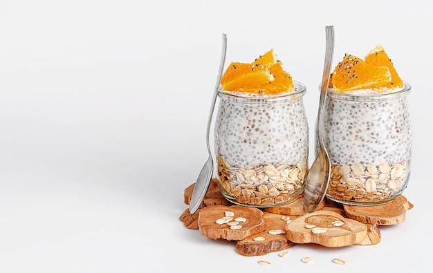 Chia-samenpudding mit orange und hafer frühstücks- und superfood-konzept. speicherplatz kopieren