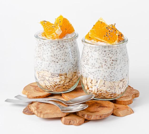 Chia-samenpudding mit orange und hafer frühstücks- und superfood-konzept.