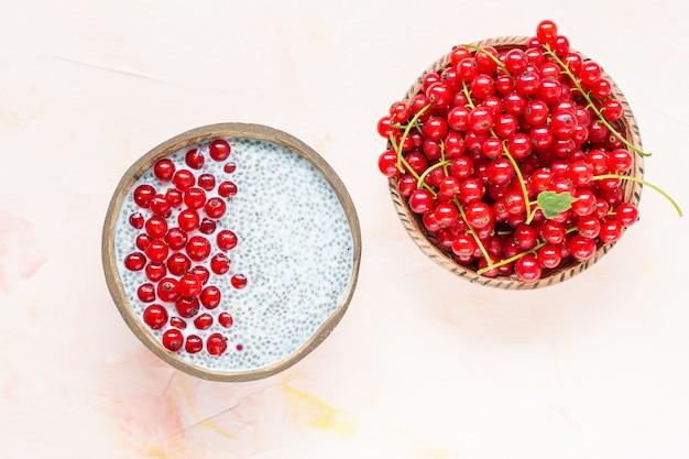 Chia-samenpudding und beeren der roten johannisbeere in einer schüssel