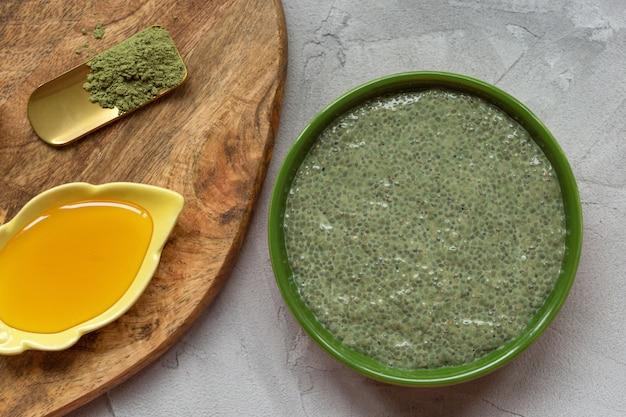 Chia-samenpuddingschüssel und -honig grünen tees matcha.