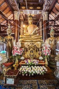 Chiang mai, thailand - 8. november 2014: wat lok molee tempelinnenraum.