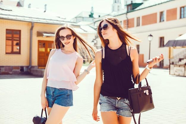 Chica de espaldas con gafas de sol