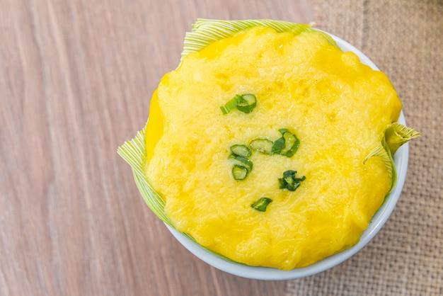Chica doida, typisches brasilianisches lebensmittel auf einem holztisch - maissuppe