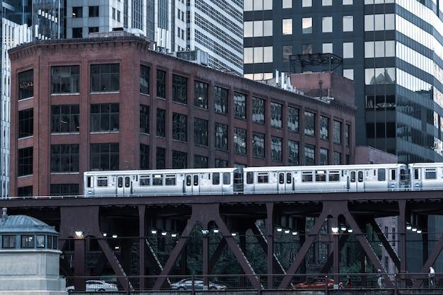 Chicago: 10. oktober 2018, zug auf erhöhten gleisen innerhalb von gebäuden an der loop, glass and steel bridge zwischen den gebäuden - chicago city center - chicago, illinois, usa
