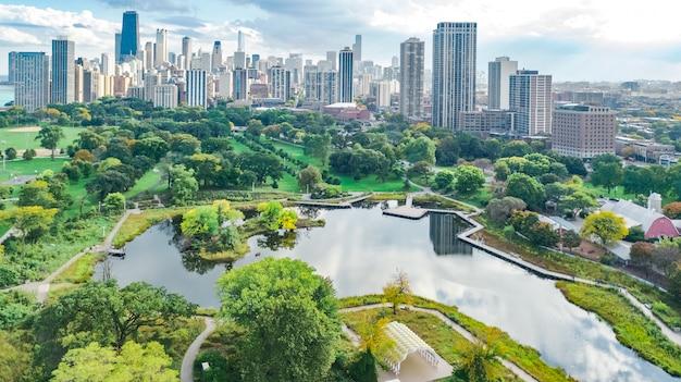 Chicago skyline luft drohne ansicht von oben, see michigan und stadt chicago innenstadt wolkenkratzer stadtbild vogelansicht von park, illinois, usa