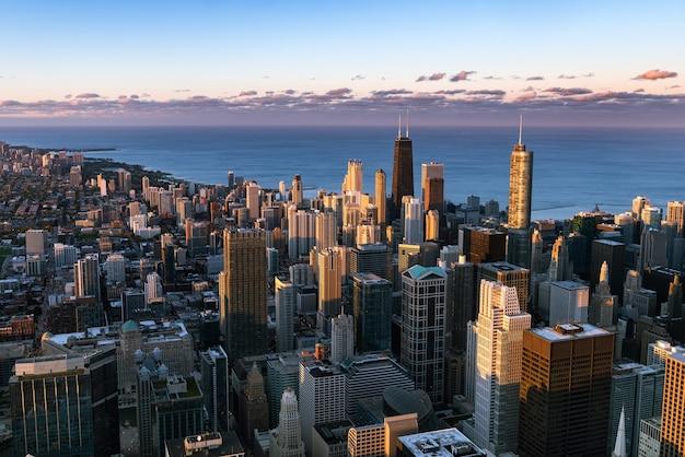 Chicago. stadtbild der innenstadt von chicago während der blauen dämmerungsstunde.